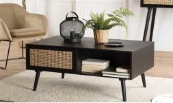 table basse noire et rotin
