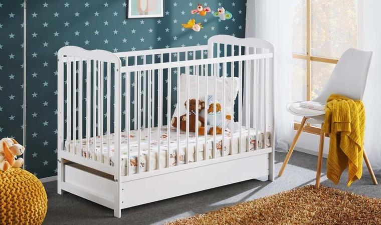 Lit bébé en bois avec tiroir