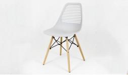 Chaise ajourée grise