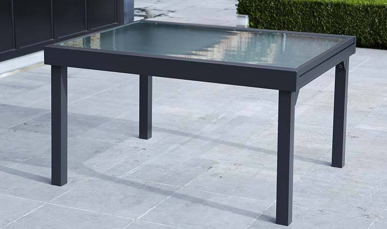 grande table de jardin extensible grise et plateau en verre opaque. Black Bedroom Furniture Sets. Home Design Ideas