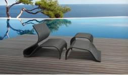 Transat design noir avec repose-pieds et table basse en résine tressée synthétique