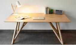 Table design en chêne massif avec pieds entrecroisés