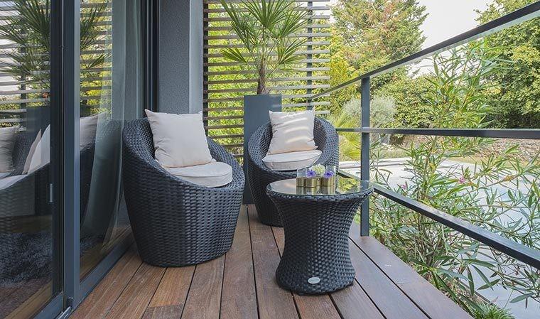 Salon de jardin empilable 2 places en résine tresse noire - Totem