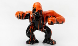 Statue gorille noir trash orange