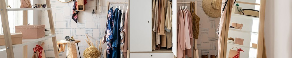 Accessoires chambre adulte : miroir, lampe de chevet et déco
