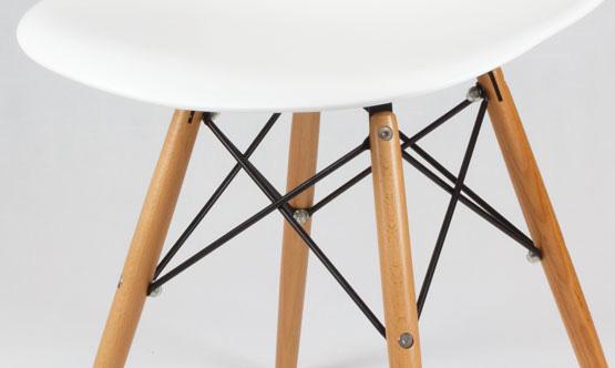 chaise blanche avec pieds style eiffel