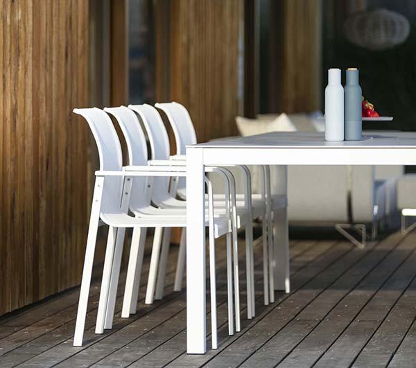 Table design blanche extérieure